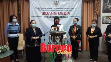TAMBAH CHALUN INDU: Fatimah lebuh bejaku ba aum pengarang berita nyerumba nerima penemuai basa Raban Indu DBNA ba opis iya di Kuching ditu, kemari.