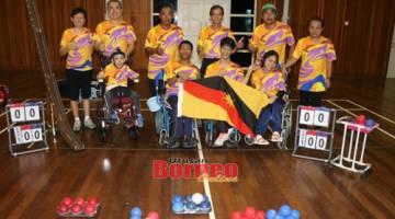 Honseng (belakang, tiga kiri) ditemani ahli keluarga atlet Boccia para SUKMA sedia harumkan nama Sarawak.