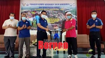 BEJADI: Lee nyuaka tong uras ngagai Usman ngarika JKKK kampung Pujut Tanjung Batu maya pengerami nya, kemari.
