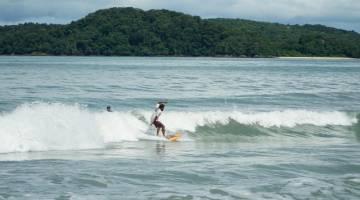Kelihatan warga LSCtidak menghiraukan tiupan angin kencang membuatkan ombak besar menghempas pesisir Pantai Tengah, di sini. - Gambar Bernama