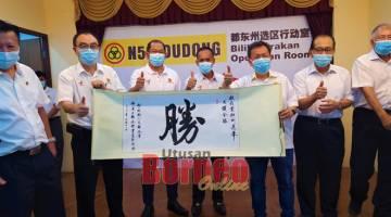 KE PENGINGAT: Wong (dua kiba) nyuaka tepa ngagai Dr Sim (tiga kanan) pengudah bejadika Bilik Operasyen Pampang Dudong ditu, empai lama.