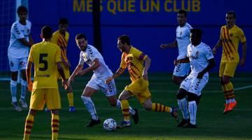 RANCAK: Antara babak-babak aksi perlawanan persahabatan pramusim di antara Barcelona dan Gimnastic Tarragona di Stadium Johan Cruyff di Barcelona, Sepanyol. — Gambar AFP