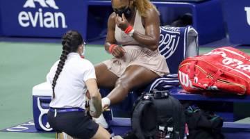 CEDERA: Serena mendapatkan rawatan semasa beraksi menentang Azarenka dalam Kejohanan Terbuka AS di New York City. — Gambar AFP