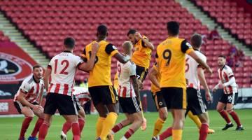 BERGAYA: Romain (tengah) menjaringkan gol kedua pada perlawanan Liga Perdana Inggeris antara Sheffield United dan Wolverhampton Wanderers di Bramall Lane di Sheffield, utara England kelmarin. — Gambar AFP