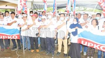 GAMBAR KENANGAN: Madius (depan tengah) bersama jentera UPKO Sulaman mengambil gambar kenangan.