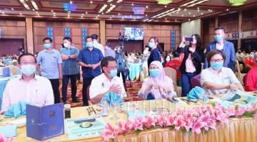 BERBINCANG: Shafie (dua kiri) kelihatan berbincang dengan Wan Azizah (dua kanan), turut kelihatan ialah Lim (kiri) dan Christina (kanan).