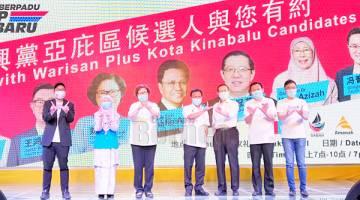 KENANGAN: Shafie (empat kanan) dan Lim (tiga kanan), Wan Azizah (dua kiri), Christina (tiga kiri), Junz (kiri), Tan (dua kanan) dan Phoong (kanan) merakamkan gambar kenangan.