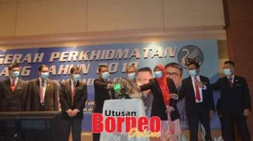 BEJADI: Dr Annuar (empat kanan), Ahli (empat kiba) enggau temuai dipebasa ke bukai bejadi Majlis Anugerah Perkhidmatan Cemerlang Renggat PPD Sibu kemari.