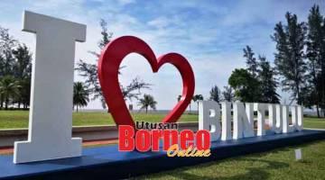 TARIKAN BAHARU: Mercu tanda 'Saya Sayang Bintulu' yang bakal menjadi tarikan kepada pengunjung ke Pantai Tanjung Batu, Bintulu.
