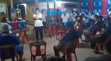 DENGAR: Peto (berdiri di tengah) mendengar masalah orang kampung semasa Majlis Bersama Rakyat di Kg. Pulutan Manggatal dalam DUN N18 Inanam, malam semalam.