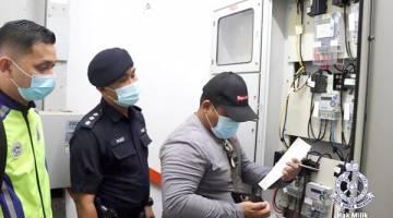 TELITI: Petugas SESB meneliti meter elektrik di salah sebuah premis yang dipercayai terlibat dalam aktiviti perjudian haram.