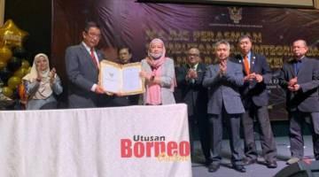 Abdul Karim menerima Ikrar Bebas Rasuah (IBR) daripada Nancy pada majlis perasmian Hari Integriti dan pelancaran Bengkel Pelan Anti-Rasuah Organisasi KBS Tahun 2020 di Kuching hari ini.