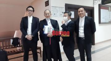 (dari kiri) Roland, Chong Siew Chiang, Tan Kee Heng dan Micheal Kong yang mewakili Chong Chieng Jen.