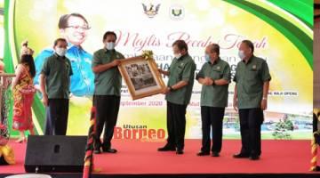 Abang Johari menerima cenderamata daripada Dr Abdul Rahman pada majlis pecah tanah Pembinaan Bangunan Baharu PPNS di Kota Samarahan. - Gambar oleh Roystein Emmor