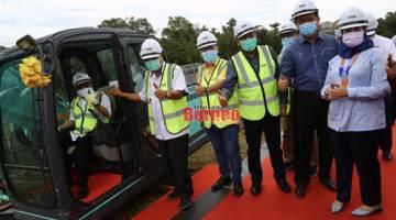 Abang Johari menyempurnakan simbolik majlis pecah tanah projek bangunan YSISS di Batu 12, Jalan Kuching-Serian. (turut kelihatan (dari kanan) Sharifah Hasidah, Dr Abdul Rahman,  Azmi, Dr Sim dan Manyin. Gambar Muhammad Rais Sanusi.