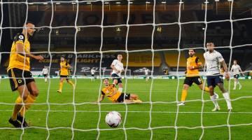 BERGAYA:Foden (tengah belakang) menjaringkan gol kedua pada perlawananLiga Peradana Inggeris antara Wolverhampton Wanderers dan Manchester City di stadium Molineux di Wolverhampton, England kelmarin. — Gambar AFP