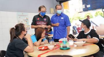 TURUN PADANG: Masyarakat Kapayan kelihatan selesa dengan Lu sebagai calon MCA DUN Kapayan.