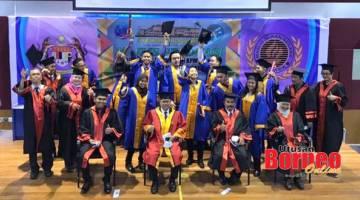 GRADUASI: Kumpulan pertama 14 atlet pelajar Program Prauniversiti KPM-MSN SSMS bersama Abidin dan Madsarin semasa majlis graduasi di SSMS, Sepanggar kelmarin.
