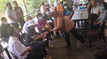 TURUN PADANG : Menteri KPLB Datuk Dr Abdul Latiff Ahmad turut hadir bersama Mohd Salim menyantuni warga pekebun kecil di Ranau.