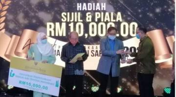 Abang Jo (tiga kiri) menyampaikan anugerah perpustakaan sebagai aset penting masyarakat kepada Setiausaha Majlis Daerah Sarikei, Sait Enggang.