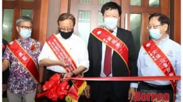 Abang Johari (dua kiri) memotong reben simbolik perasmian penyambungan bangunan UCA Sibu sambil diperhatikan (dari kiri) Dr Annuar, Ngieng dan Lau.