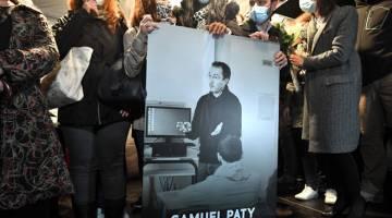 SIMPATI: Orang ramai yang bersimpati membawa gambar Samuel Paty semasa perhimpunan                 di Conflans-Sainte-Honorine, barat laut Paris kelmarin. — Gambar AFP