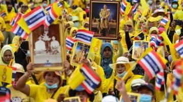 SETIA: Orang ramai mengambil bahagian dalam perhimpunan untuk menunjukkan sokongan kepada golongan diraja Thailand di daerah Sungai Kolok, Narathiwat kelmarin. — Gambar AFP
