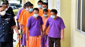 DIREMAN: Lapan lelaki termasuk seorang pengarah syarikat membaiki dan menjual jentera pembinaan direman tujuh hari oleh Mahkamah Majistret Selayang di Kuala Lumpur semalam berhubung pencemaran sumber air mentah di Sungai Selangor. — Gambar Bernama
