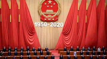 MEGAH: Presiden China Xi Jinping (depan, tengah) menghadiri upacara untuk memperingati ulang tahun ke-70 penyertaan China dalam Perang Korea 1950-53 di Dewan Besar Rakyat di Beijing, semalam. — Gambar AFP