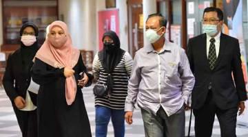 DIDAKWA: Sepasang suami isteri Datuk Mokhtar Haron (dua kanan) dan Datin Noorizan Abd Shukor (dua kiri) didakwa di Mahkamah Sesyen semalam atas dua pertuduhan menggunakan dua dokumen palsu berhubung cadangan pembangunan pangsapuri.— Gambar Bernama