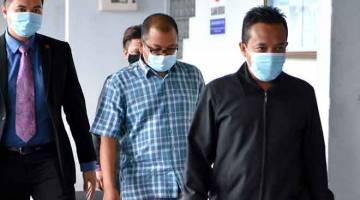 TERIMA RASUAH: Hairudin (tengah) dipenjara 14 tahun dan didenda RM341,000 oleh Kompleks Mahkamah Ayer Keroh, Melaka semalam kerana menerima rasuah. — Gambar Bernama