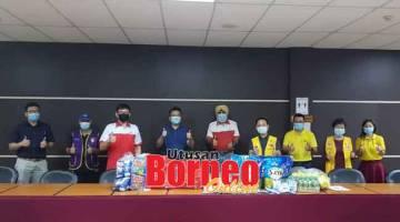 SERTAI KAMI: Bryant (empat kanan) bersama ahli dan ahli jawatankuasa PBSM Miri bergambar dengan hadiah tajaan untuk penderma darah pada 1 November ini.