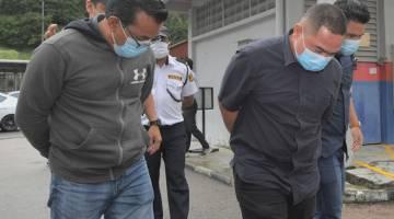 PERTUDUHAN: Mad Nazzri dan Mohd Yazzid mengaku tidak bersalah di Mahkamah Majistret, Johor Bahru semalam atas pertuduhan menipu seorang pemilik syarikat untuk mendapatkan projek pembersihan hutan di Mersing bernilai RM2.5 juta, April tahun lalu. — Gambar Bernama