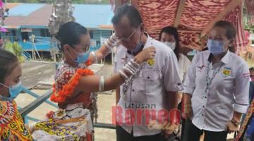 DISAMBUT MERIAH: Ketibaan Rolland dan rombongan pada Majlis Pemimpin Bersama Rakyat dan Perasmian Biro Wanita Nanga Bua disambut penuh adat dan kebudayaan.