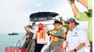 Abang Johari melakukan simbolik pelancaran melabuh tukun tiruan di perairan Sampadi- Tanjong Datu di Sematan hari ini.