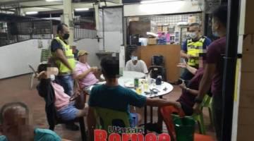 Antara individu yang didapati gagal mematuhi penjarakan fizikal ketika berada di premis makanan di sekitar Kuching.