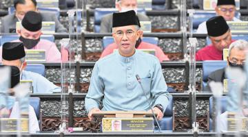 PelabuBELANJAWAN TERBESAR: Tengku Zafrul ketika membentangkan Belanjawan 2021 di Parlimen pada Jumaat lepas. — Gambar Bernama