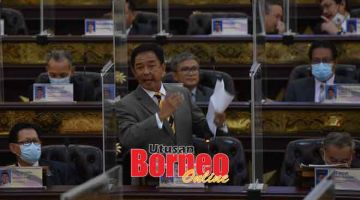 BEJURAI: Abdul Karim lebuh bejuraika bacha ketiga kali Ruu Konstitusyen Negeri Sarawak (Ubah) 2020 maya aum Kunsil Nengeri kemari.