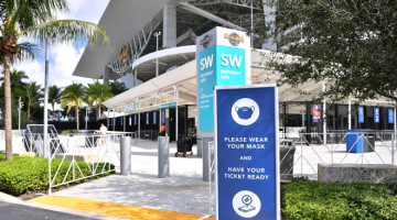 BERLELUASA: Amaran mengenai pematuhan SOP COVID-19 dipaparkan di pintu masuk Stadium Hard Rock di Miami Gardens, Florida kelmarin. — Gambar AFP