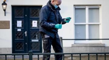SIASAT: Gambar fail 12 November lalu menunjukkan pegawai polis forensik menjalankan siasatan di kedutaan Arab Saudi di The Hague selepas kejadian tembakan itu. — Gambar AFP