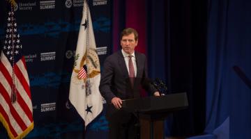 DIPECAT: Gambar fail menunjukkan Chris Krebs berucap semasa Sidang Kemuncak Keselamatan Siber anjuran Jabatan Keselamatan Dalam Negara AS di New York pada 31 Julai, 2018. — Gambar AFP