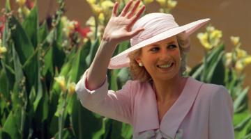 DALAM 'THE CROWN': Gambar fail yang diambil pada 27 Januari 1988 ini menunjukkan Puteri Diana melambai ke arah orang ramai semasa kunjungannya ke Footscray Park di subbandar Melbourne. Lebih dua dekad selepas kematiannya, kemasukan malang Puteri Diana ke dalam kerabat diraja Britain menjadi jalan cerita utama dalam musim keempat yang sudah lama dinantikan bagi drama popular 'The Crown'. — Gambar AFP