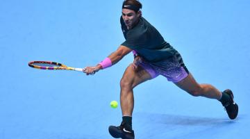 TERSUNGKUR LAGI: Aksi di antara Nadal menentang Medvedev dalam separuh akhir kejohanan akhir musim di London. — Gambar AFP