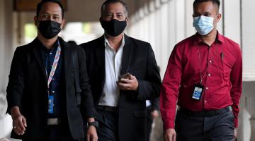 KE MUKA PENGADILAN: Azman (tengah) ketika hadir di Mahkamah Sesyen di ibu negara semalam. Beliau bagaimanapun mengaku tidak bersalah atas kesemua pertuduhan ke atasnya yang dibacakan di hadapan Hakim Mahyon Talib. — Gambar Bernama