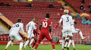 LEDAK: Firmino menjaringkan gol pada perlawanan Liga Perdana Inggeris antara Liverpool dan Leicester City di Anfield di Liverpool, England, kelmarin. — Gambar AFP
