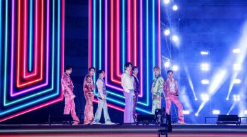 PERSEMBAHAN DI ANUGERAH MUZIK AMERIKA: BTS muncul dalam sebuah stadium yang diterangi warna ungu untuk membuat persembahan siaran televisyen pertamanya bagi lagu 'Life Goes On', lagu utama dalam album terbaharunya 'BE', diikuti persembahkan lagu hit mereka 'Dynamite' dengan memakai sut sutera berwarna pastel. — Gambar AFP