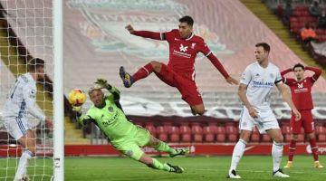 TONGGAK: Gambar fail menunjukkan aksi Firmino (tengah) ketika beraksi dalam perlawanan Liga Perdana Inggeris di antara Liverpool dan Leicester City di Anfield pada 22 November lalu. — Gambar AFP