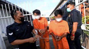 DITAHAN: Dua daripada tiga warga Thailand direman tujuh hari oleh Mahkamah Majistret hari ini bagi membantu siasatan berhubung insiden tembak membabitkan anggota Pasukan Gerakan AM (PGA) di sempadan Malaysia-Thailand awal pagi kelmarin. — Gambar Bernama