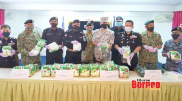 RAMPASAN : Ahmad Fuad (empat kiri) menunjukkan dadah jenis syabu yang berjaya dirampas dalam operasi tersebut.
