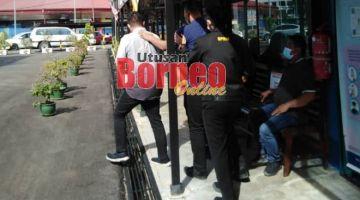 Suspek (kiri) dibawa keluar dari Mahkamah Majistret Limbang selepas kelulusan reman.